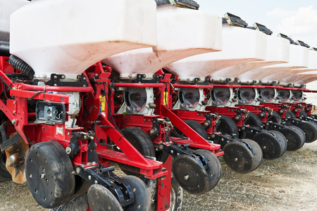 Sluit omhoog van zaaimachine in bijlage aan tractor op gebied. Landbouwmachines voor de lente werken die zaaien Stockfoto