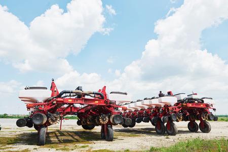 Sluit omhoog van zaaimachine in bijlage aan tractor op gebied. Landbouwmachines voor de lente werken die zaaien Stockfoto - 86477759