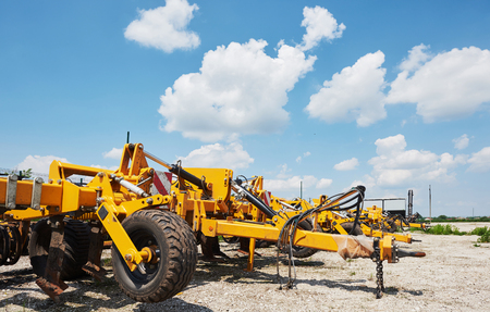 Sluit omhoog van zaaimachine in bijlage aan tractor op gebied. Landbouwmachines voor de lente werken die zaaien Stockfoto - 86477760