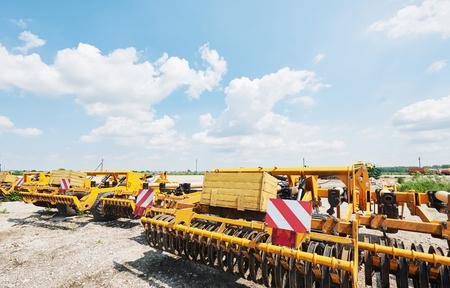 Sluit omhoog van zaaimachine in bijlage aan tractor op gebied. Landbouwmachines voor de lente werken die zaaien Stockfoto - 86477767