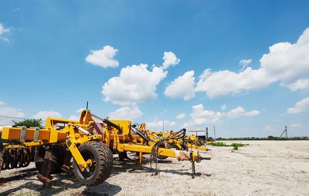 Sluit omhoog van zaaimachine in bijlage aan tractor op gebied. Landbouwmachines voor de lente werken die zaaien Stockfoto - 86477769