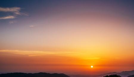 太陽の光と夕日、雲と太陽と空