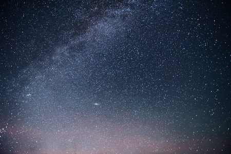 星や星雲や銀河との活気に満ちた夜空。ディープスカイ astrophoto