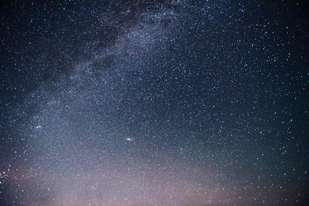 Ciel nocturne vibrant avec étoiles, nébuleuse et galaxie. Astrophoto du ciel profond