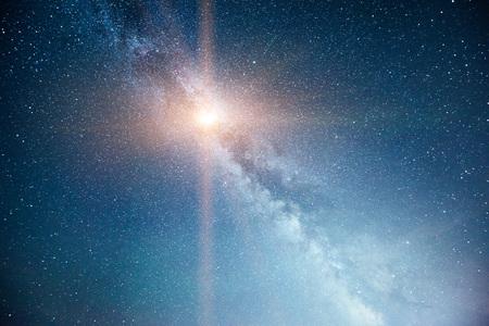 Levendige nachtelijke hemel met sterren en nevel en Melkweg. Deep sky astrophoto