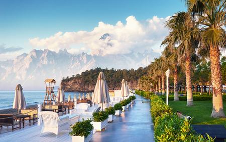 Amara Dolce Vita Luxury Hotel에서 산책과 스포츠를위한 아름다운 제방. Alanya 터키 스톡 콘텐츠