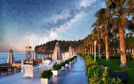 Belle digue pour la marche et le sport à l?hôtel de luxe Amara Dolce Vita. Alanya Turquie Banque d'images - 86805737