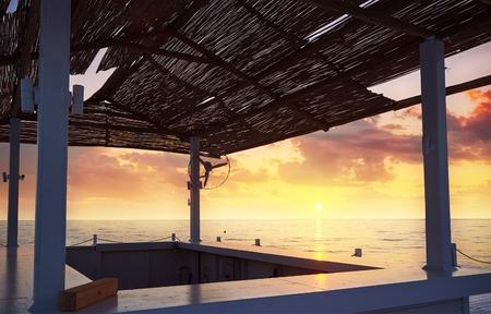 海と山と太陽のベッドやパラソルとビーチの砂浜のビーチの美しい景色を開きます。アマラ ドルチェ ヴィータの高級ホテル。リゾート。