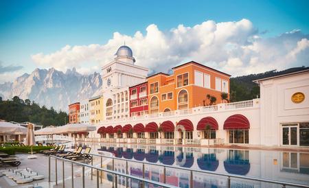 TEKIROVA トルコ-4 月 25 2017: スイミングプール、ビーチの高級ホテル。タイプエンターテイメントコンプレックス。アマラドルチェヴィータラグジュア