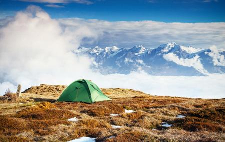 Tent tegen de achtergrond van met sneeuw bedekte bergtoppen. Het uitzicht vanuit de bergen naar Mount Ushba Mheyer, Georgia. Europa Stockfoto