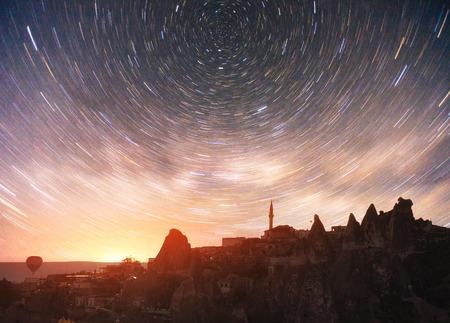 カッパドキア国立公園の美しい星空の中でユニークな地層をレビュー