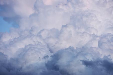 日没日の出とトワイライトで劇的な cloudscape 写真素材