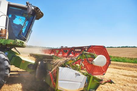 Cerrar la vista de cosechadora moderna en la acción Foto de archivo - 87169070