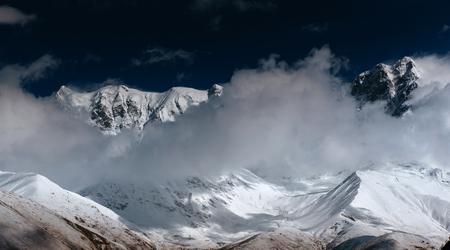 hick mist op de bergpas Goulet. Georgia, Svaneti. Europa. Bergen van de Kaukasus