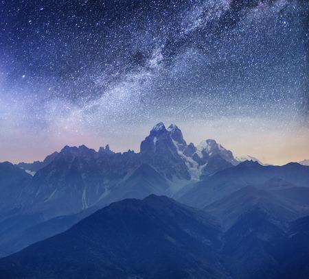 幻想的な星空です。雪をかぶった山。メイン白人尾根。ウシュバ マイヤー、ジョージア州からマウンテン ビュー。ヨーロッパ