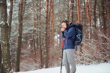 Viajero del hombre con el morral aventura viaje viaje aventura concepto de aventura estilo de vida activo hermoso paisaje bosque Foto de archivo - 87227161