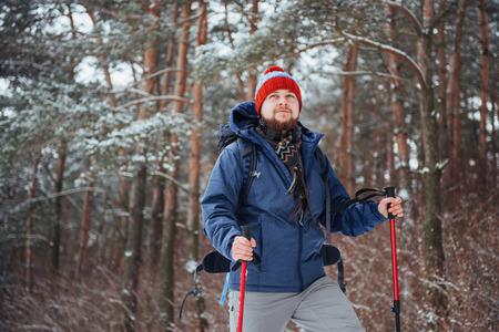 Viajero del hombre con el morral aventura viaje viaje aventura concepto de aventura estilo de vida activo hermoso paisaje bosque Foto de archivo - 87227163