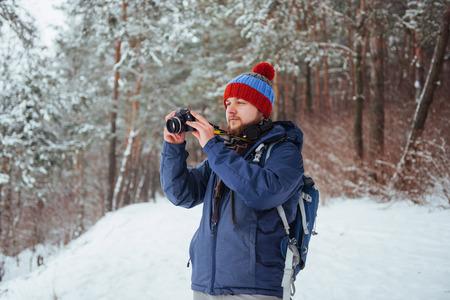 Hombre Viajero con mochila de senderismo Viajes Estilo de vida aventura concepto vacaciones activas al aire libre. Hermoso bosque de paisaje Foto de archivo - 87227164