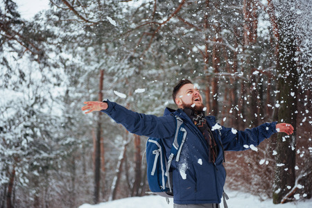 Viajero del hombre con el morral aventura viaje viaje aventura concepto de aventura estilo de vida activo hermoso paisaje bosque Foto de archivo - 87227169
