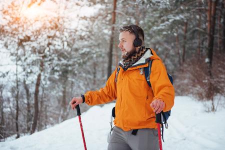 Hombre Viajero con mochila de senderismo Viajes Estilo de vida aventura concepto vacaciones activas al aire libre. Hermoso bosque de paisaje Foto de archivo - 87227173