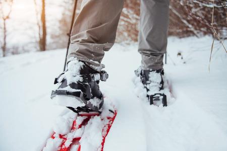 旅行ライフ スタイル コンセプト アクティブ アドベンチャーバケーション屋外のハイキングのバックパックと男旅行者。美しい風景林 写真素材