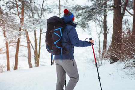 Viajero del hombre con el morral aventura viaje viaje aventura concepto de aventura estilo de vida activo hermoso paisaje bosque Foto de archivo - 87227184