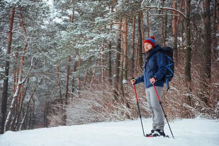 Viajero del hombre con el morral aventura viaje viaje aventura concepto de aventura estilo de vida activo hermoso paisaje bosque Foto de archivo - 87227185