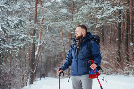 Viajero del hombre con el morral aventura viaje viaje aventura concepto de aventura estilo de vida activo hermoso paisaje bosque Foto de archivo - 87227190