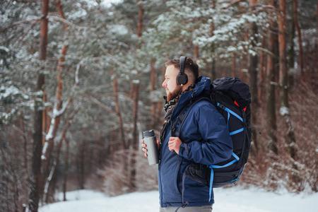 Viajero del hombre con el morral aventura viaje viaje aventura concepto de aventura estilo de vida activo hermoso paisaje bosque Foto de archivo - 87227196