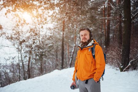 Viajero del hombre con el morral aventura viaje viaje aventura concepto de aventura estilo de vida activo hermoso paisaje bosque Foto de archivo - 87227197