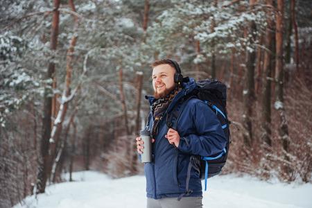 Viajero del hombre con el morral aventura viaje viaje aventura concepto de aventura estilo de vida activo hermoso paisaje bosque Foto de archivo - 87227199