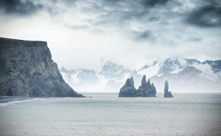 Beroemde Reynisdrangar-rotsvormingen bij het zwarte Reynisfjara-strand. Kust van de Atlantische Oceaan dichtbij Vik, zuidelijk IJsland