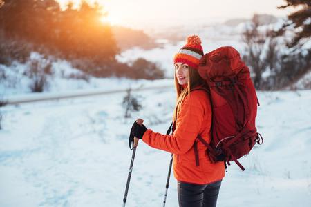 女性旅行者の旅行ライフ スタイル コンセプト アクティブ アドベンチャーバケーション屋外のハイキングのバックパック。美しい風景林 写真素材