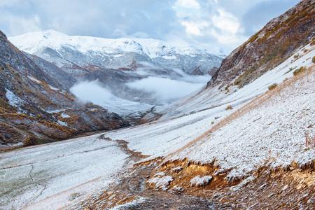 그루지야에서 록 키 산맥 사이 환상적인 황금가 풍경. 돌 도로