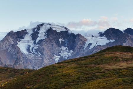 Dikke mist op de berg pas Goulet. Herfst landschap. Georgia, Svaneti. Bergen van de Kaukasus