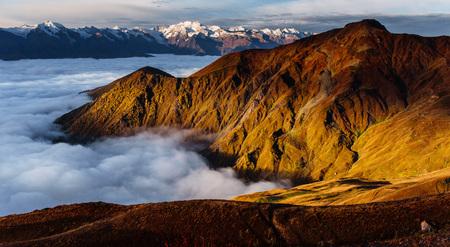 산에 두꺼운 안개 Goulet를 전달합니다. Georgia, Svaneti. 코카서스 산맥