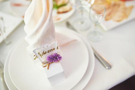 結婚式のテーブル、ウェディング テーブルの設定でプレート。結婚式のゲスト テーブルの花の組成