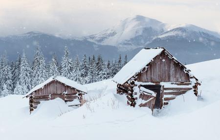 겨울에 산속 오두막. 신비한 안개. 휴일을 앞두고. Carpathians. 우크라이나, 유럽. 새해 복 많이 받으세요. 스톡 콘텐츠 - 91275855