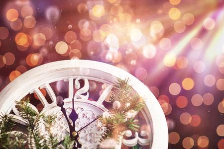 真夜中に2018年の真夜中に新年おめでとう、休日のライトとモミの枝と古い木製の時計。ボケライトソフト効果。