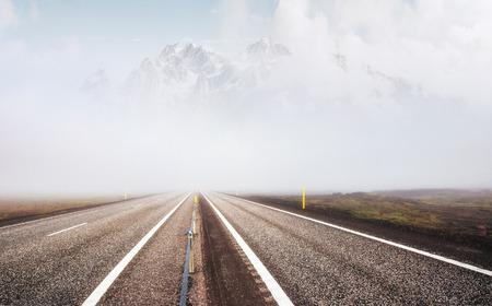 道路と雪に覆われた山、側面の眺め。パノラマ風景。 写真素材