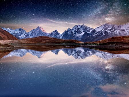 Fantastyczne rozgwieżdżone niebo nad górskim jeziorem Koruldi. Malownicza noc Górna Swanetia, Gruzja Europa. Kaukaz.