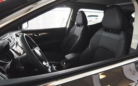 Dunkles Luxusauto Interieur - Lenkrad, Schalthebel und Armaturenbrett Standard-Bild