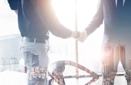 オフィスでの会議中に握手を交わす2人の自信に満ちたビジネスマン、成功、取引、挨拶、パートナーのコンセプト。