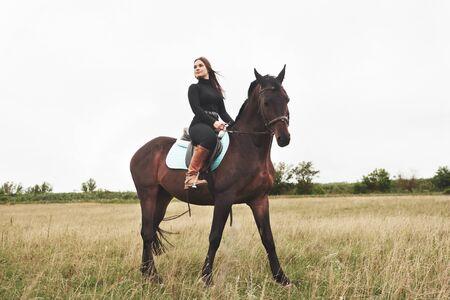 Giovane bella ragazza - a cavallo, sport equestre in primavera.