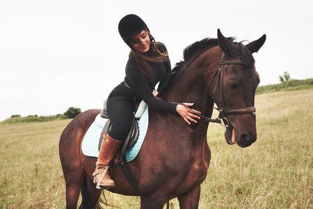 Niña bonita - montar a caballo, deporte ecuestre en primavera. Foto de archivo