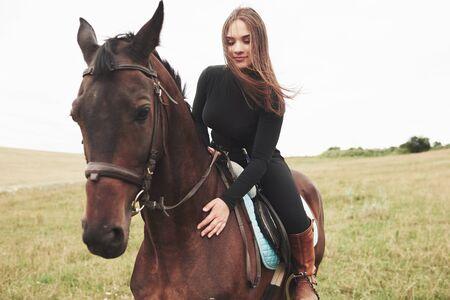 Giovane bella ragazza - a cavallo, sport equestre in primavera. Archivio Fotografico