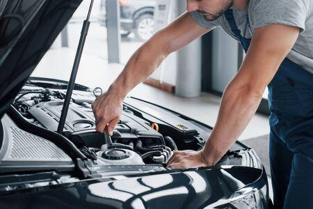 Auto mechanic working in garage. Repair service Banco de Imagens