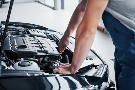Auto mechanic working in garage. Repair service Imagens