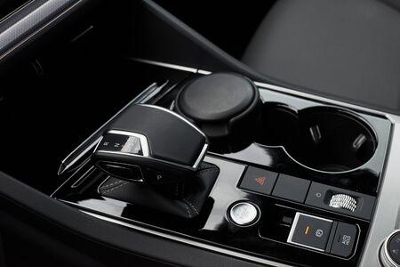 Un fragment de la berline de voiture moderne et d'une boîte de vitesses dans une voiture chère Banque d'images