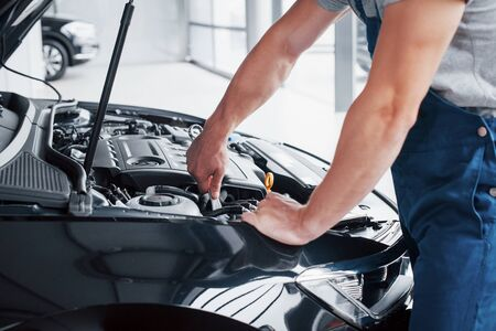 Auto mechanic working in garage. Repair service 版權商用圖片